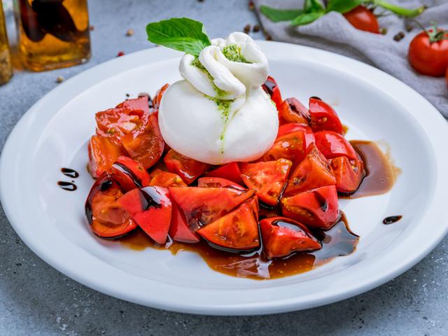 Салата с домати, сирена и марината
