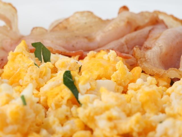 Бързи яйца с праз лук и сирене
