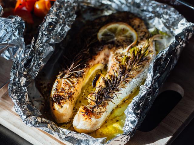 Рибно филе с подправки и чесън във фолио