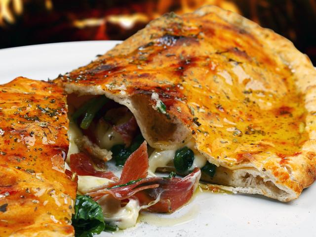Пица калцоне с пиле и бекон