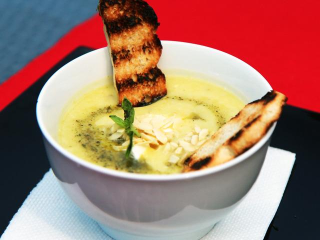 Крем супа от тиквички и фета сирене