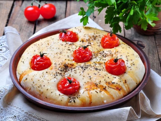 Фокача с чери домати и билки