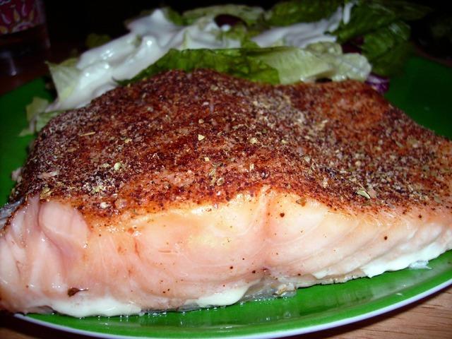 Риба на фурна с коричка от сос песто