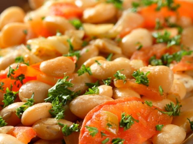 Постна салата с боб и лук