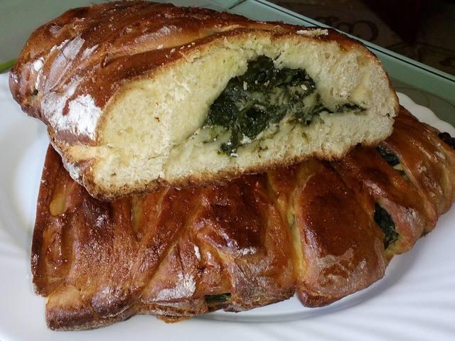 Домашен плетен хляб със спанак и извара