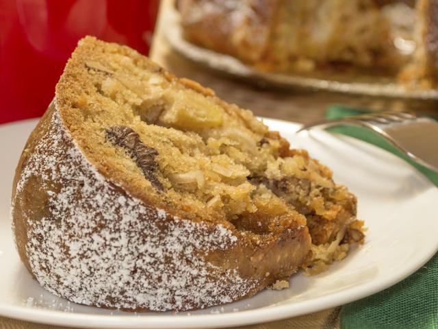 Кекс с ябълки и орехи