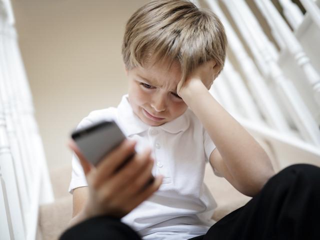 Онлайн тормозът нараства значително през последните години, а част от случаите се зараждат именно между съученици в училище. Снимка: istock