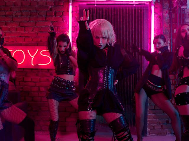 Кадър от новия видеоклип на Поли Генова