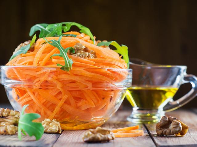 Салата с моркови и орехи
