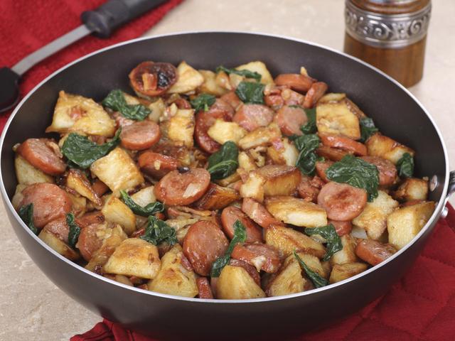 Бързи картофи с наденица и спанак