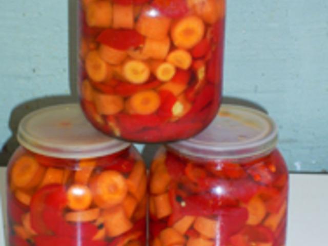 Червени пиперки с моркови и чесън
