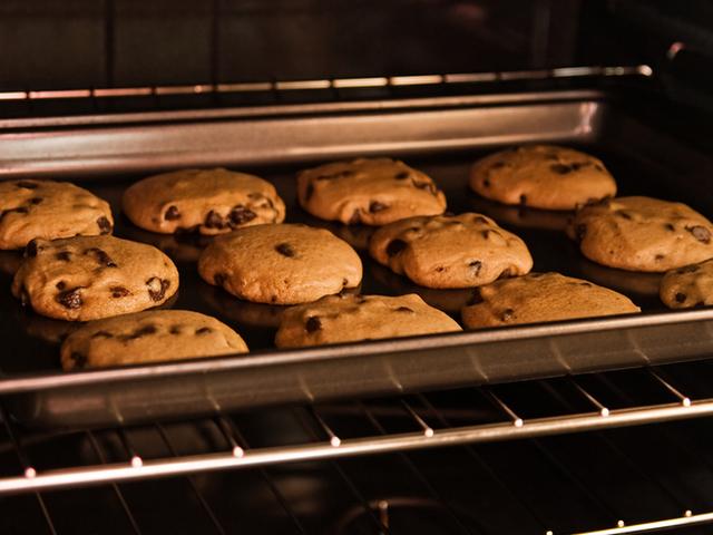 Домашни кукис с шоколад, орехи и кафява захар