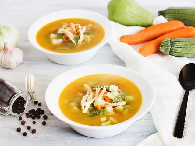 Пилешка супа с тиквички и моркови