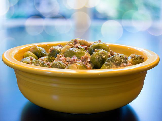 Брюкселско зеле, броколи и панчета с карамелизирани орехи
