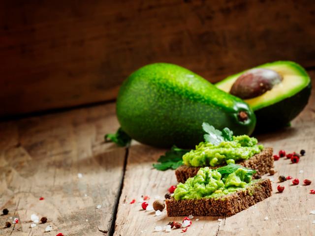 Брускети с авокадо и подправки