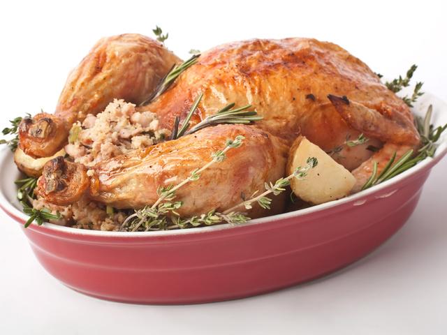 Пълнена кокошка с кисело зеле