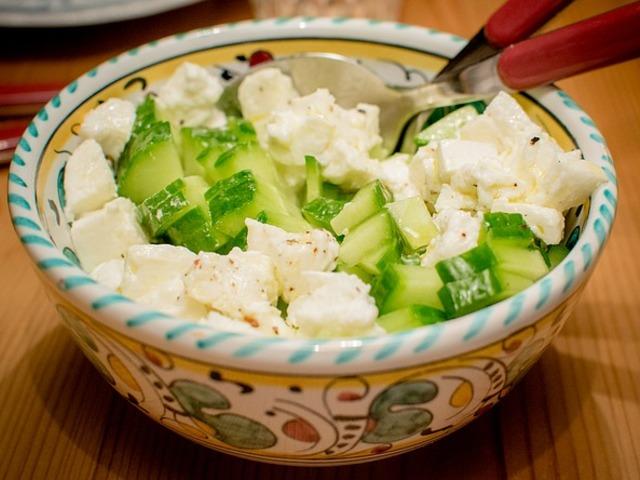 Лека салата с краставици и сирене