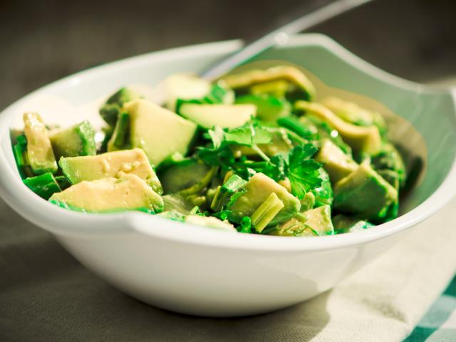 Зелена салата с авокадо и бадеми