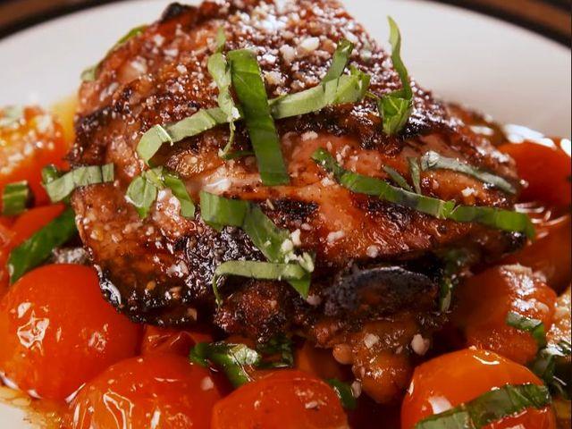 Мариновано пилешко с тиквички и чери домати