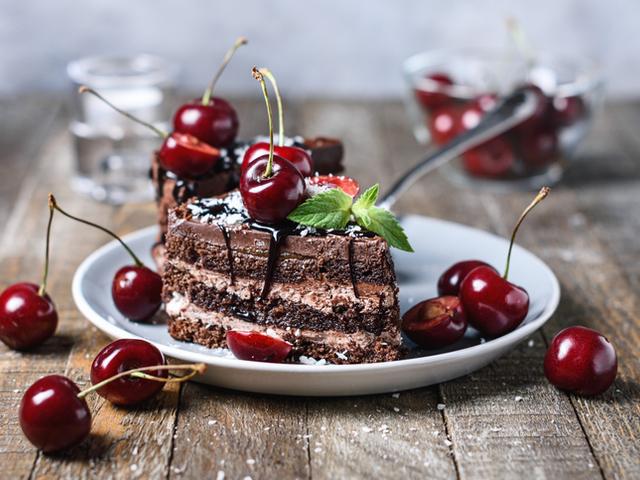 Бисквитена торта с крем пудинг и шоколад