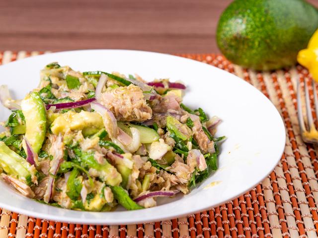 Салата с краставици, авокадо и риба тон