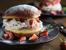 Сладък сандвич със сметанов крем и ягоди