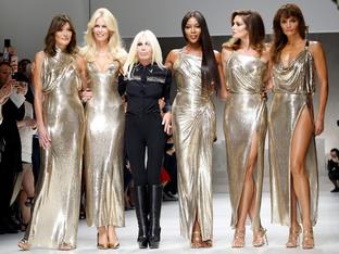 Versace събра супермодели на 90-те в модно шоу