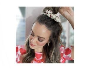 Как да носите любимите ластици за коса скрънчи