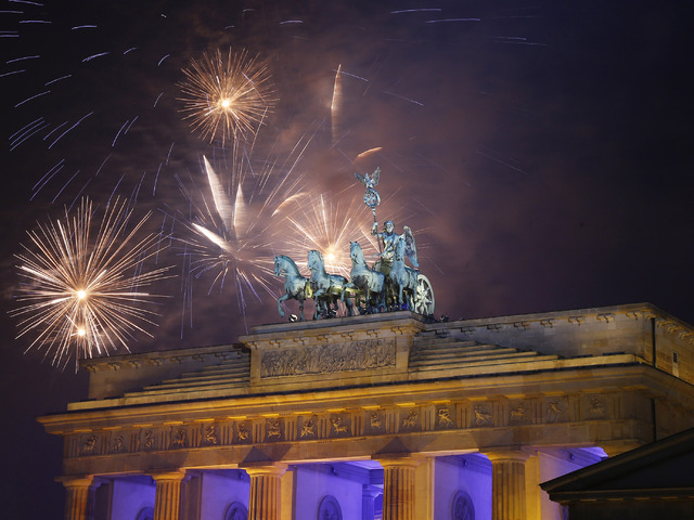 Германия. . Фейерверк рядом со скульптурой Квадрига на вершине Бранденбург